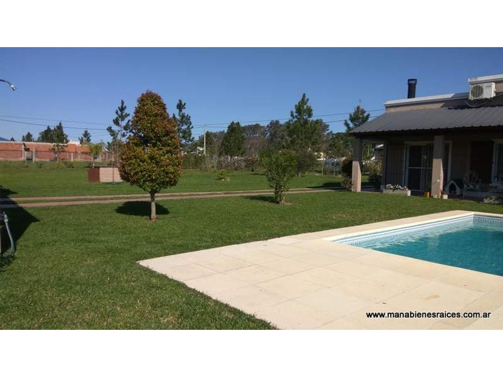 Venta de importante casa con 1500 metros de parque con riego, pileta, guincho, y cochera cubierta.
