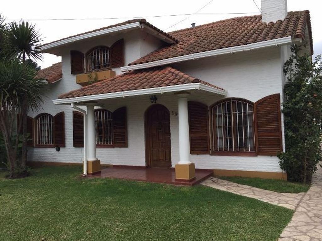 CASAQUINTA BARRIO EL TREBOL  - EXCELENTE CONSTRUCCIÓN - CON PILETA Y GRAN QUINCHO