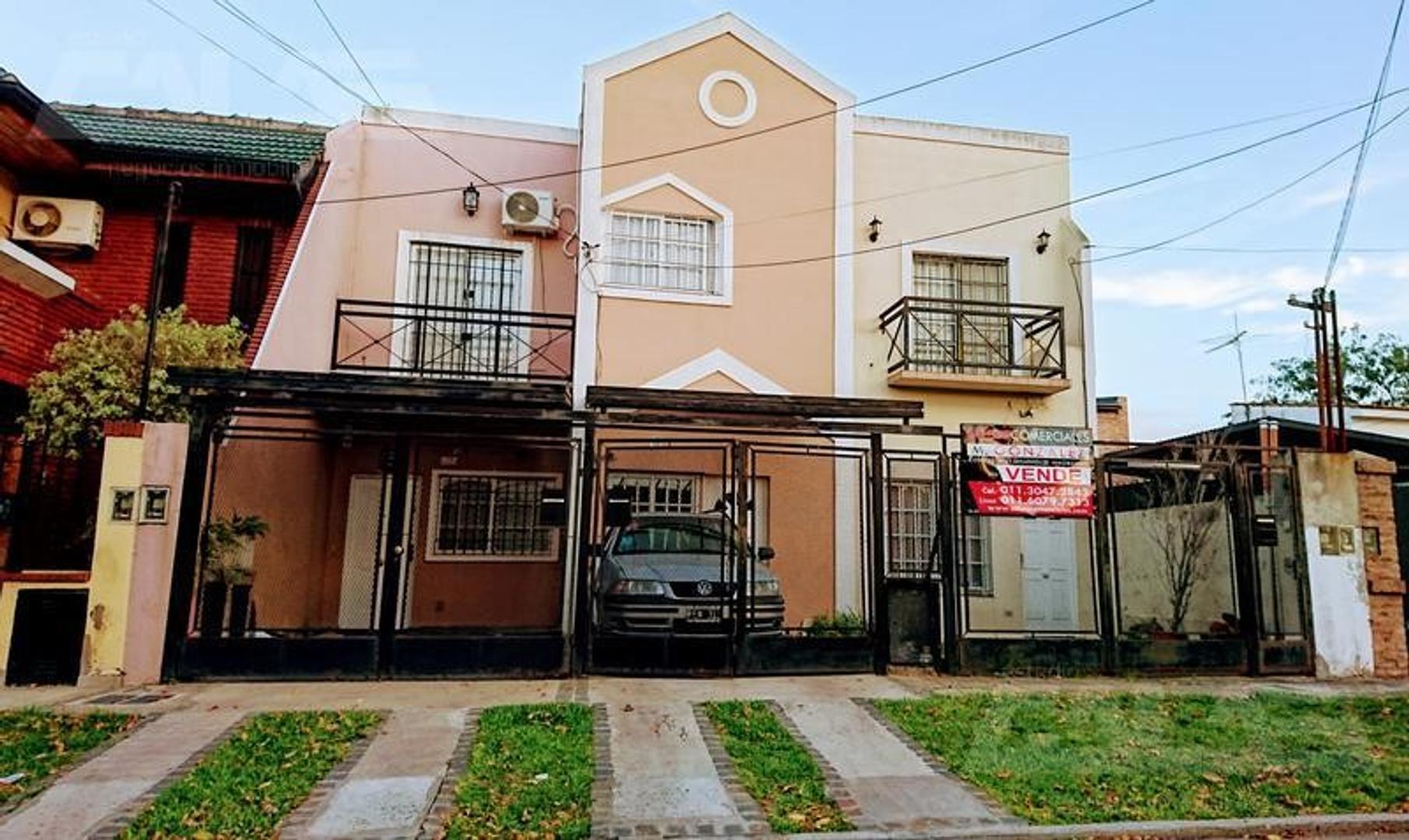 Duplex de 4 ambientes con cochera y patio con parrilla