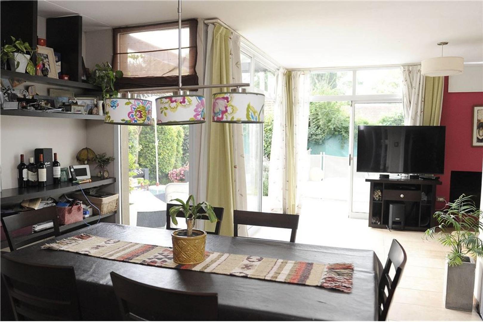 Casa en venta en Gonnet de tres dormitorios