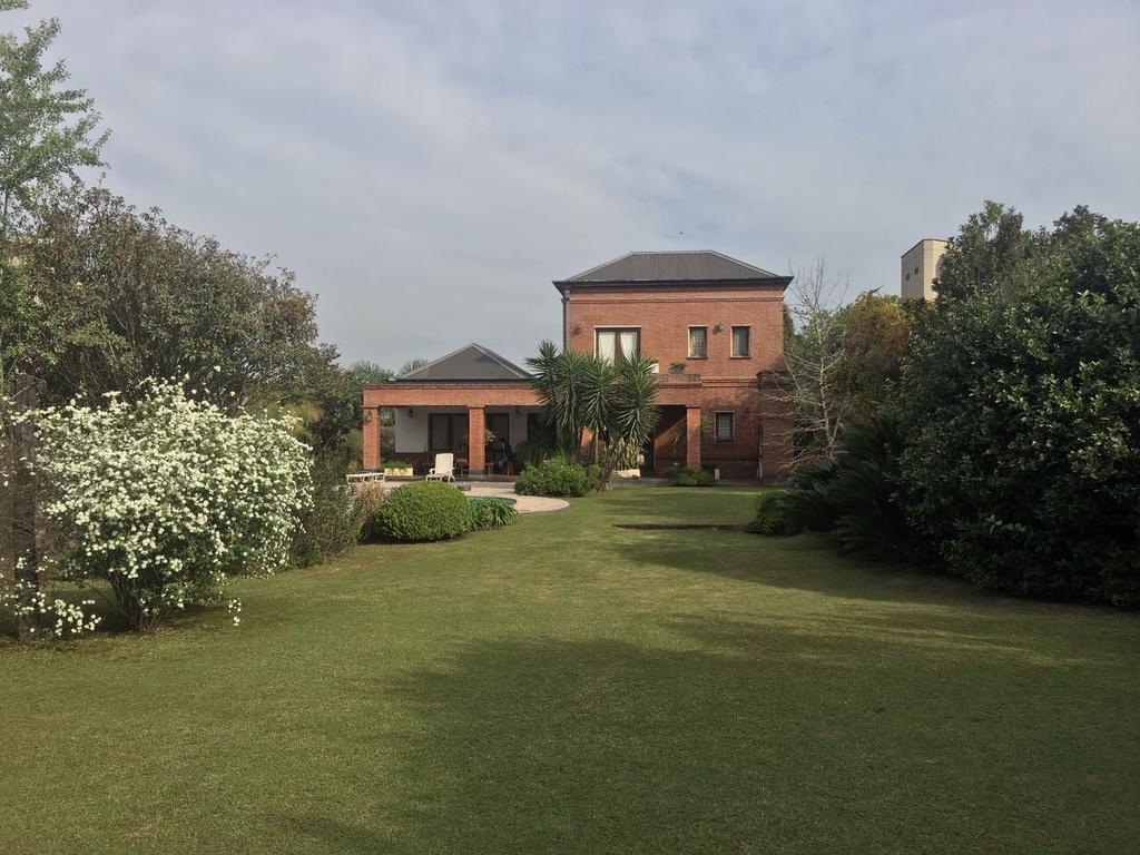 Hermosa casa Country Jockey- Avda Peron