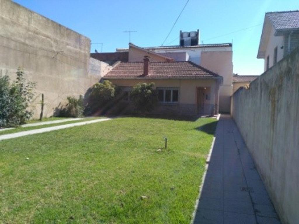 Chalet de 2 plantas con dependencia de servicio y jardín al frente zona La Perla