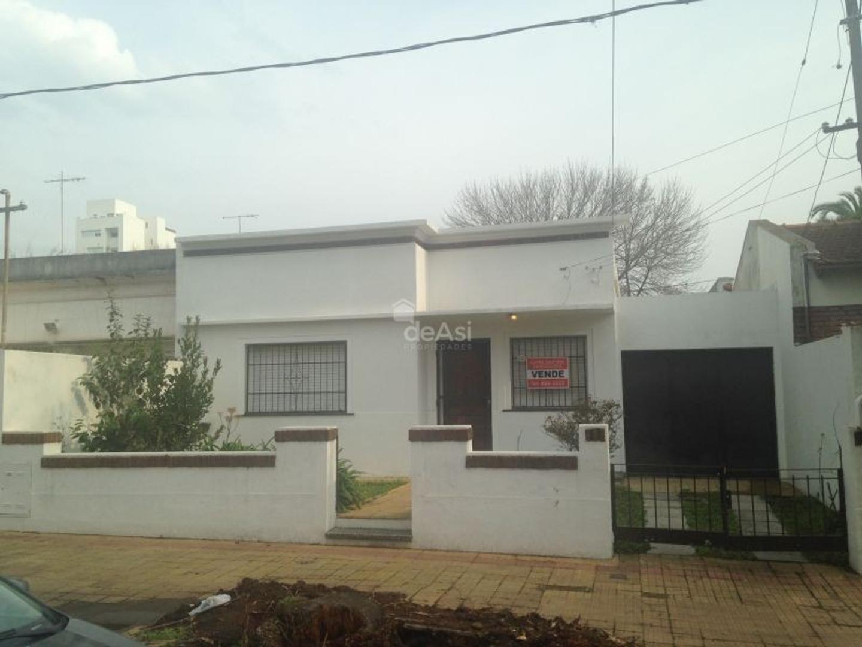 XINTEL(MDA-MDA-709) Casa - Venta - Argentina, La Plata - 24  AL 1100