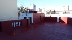 Casa en alto, Entrada Independiente - 3 Amb. c/ Patio y Terraza - 1º piso por escalera