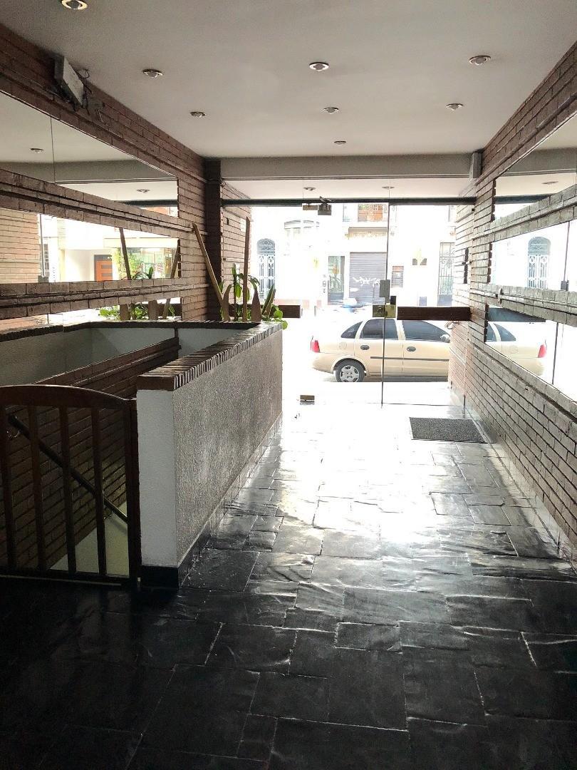 Semipiso frente c/balcón corrido, 3 amb. con dep. de servicio, cocina comedor, lav. indep. 3 baños.