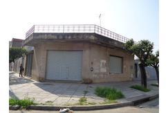 Villa Insuperable, Casa en esquina, con local , jardines y garage 3 autos