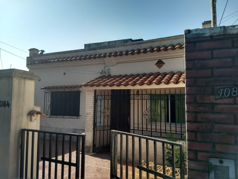 Casa de dos dormitorios con patio y terraza con parrilla