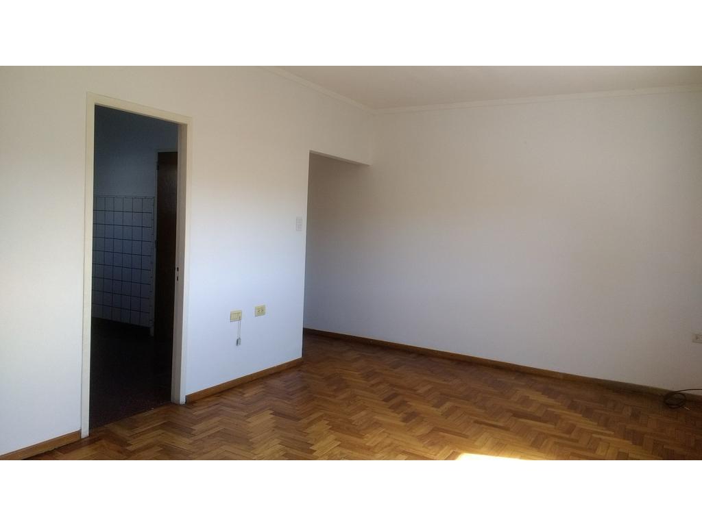 Departamento antiguo, 1º piso por pasillo, 2 dormitorios con placard, living comedor, cocina, baño.