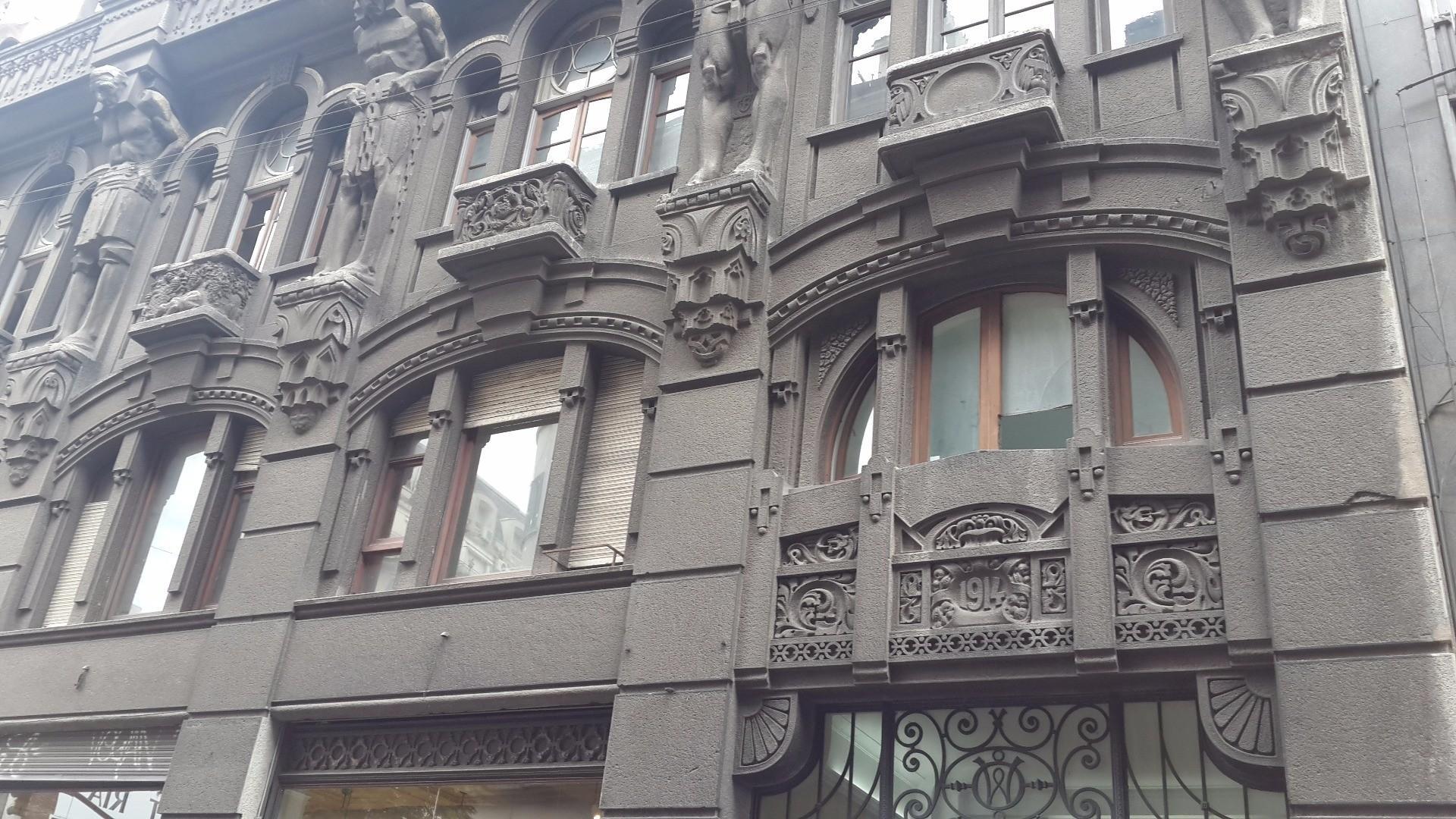 Perú y Av Belgrano Oficina c/Renta Aseg.Fte. Esq. Bcón 55 m². 1 Desp. + Á -Trab.