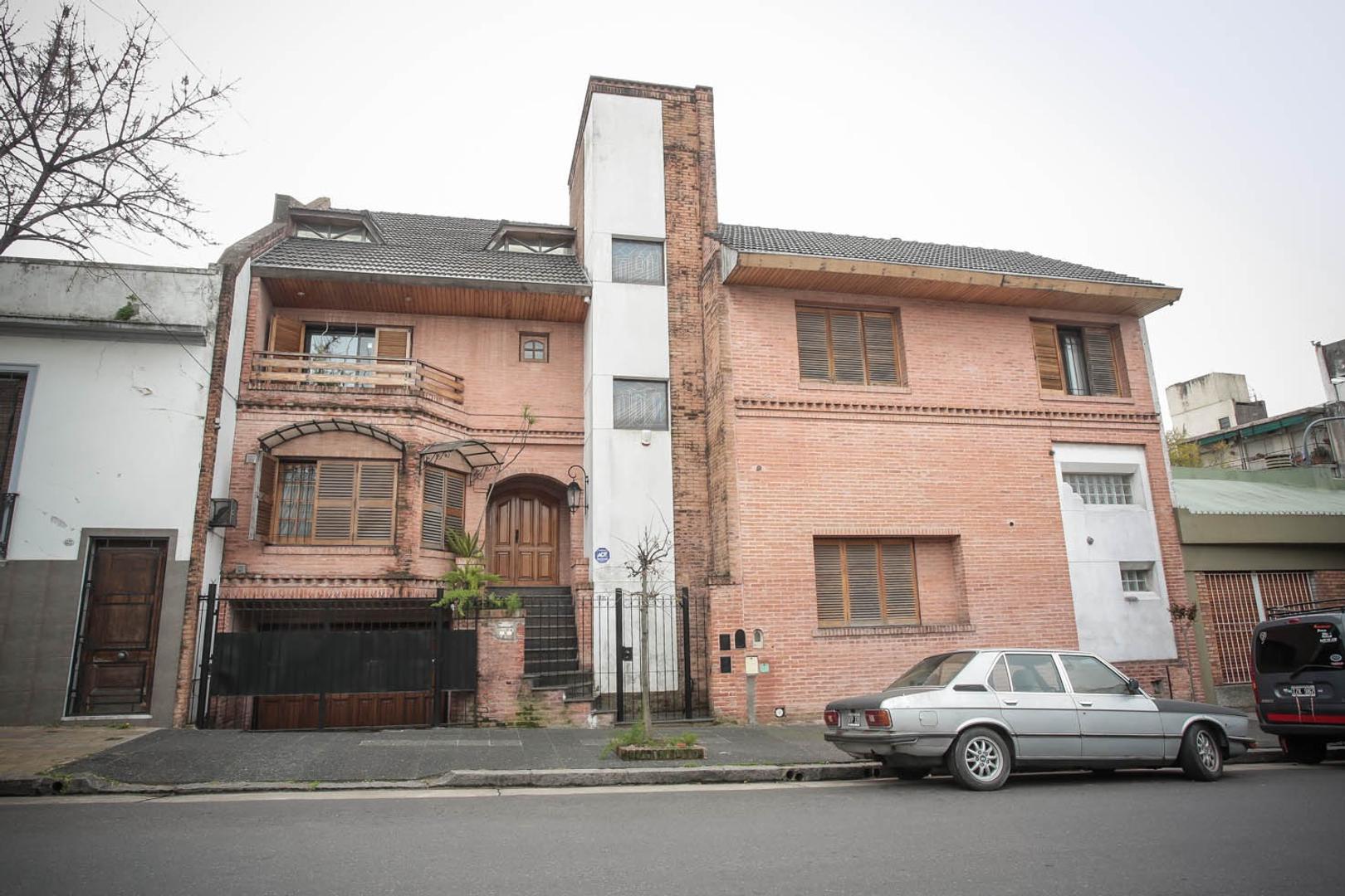 Casa emplazada sobre dos terrenos. Ideal para 2 familias.