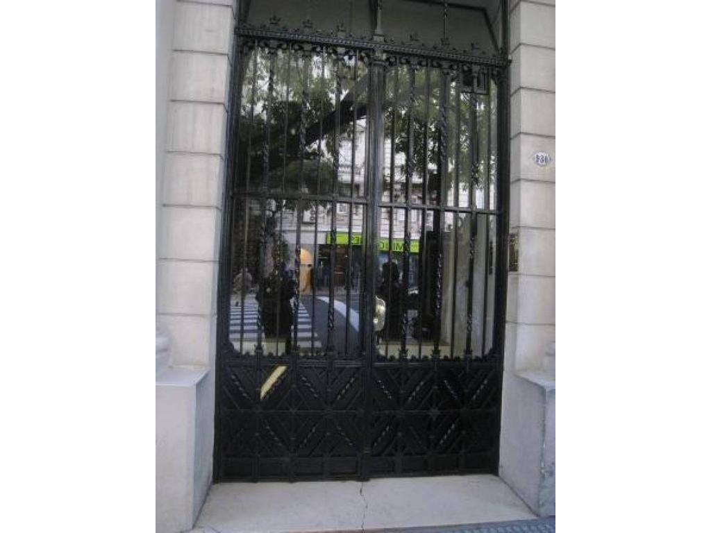Oficina 3 despachos al frente en alquiler-Av Santa Fe 900.