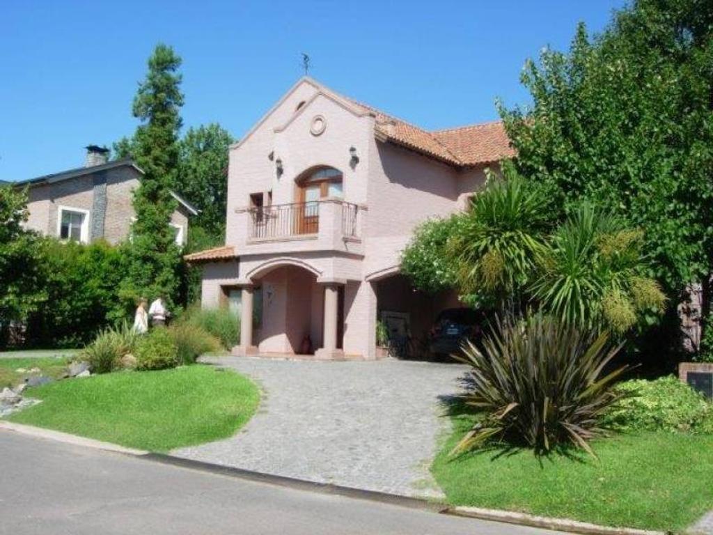 Casa con terminaciones de calidad en barrio Fincas de Iraola.