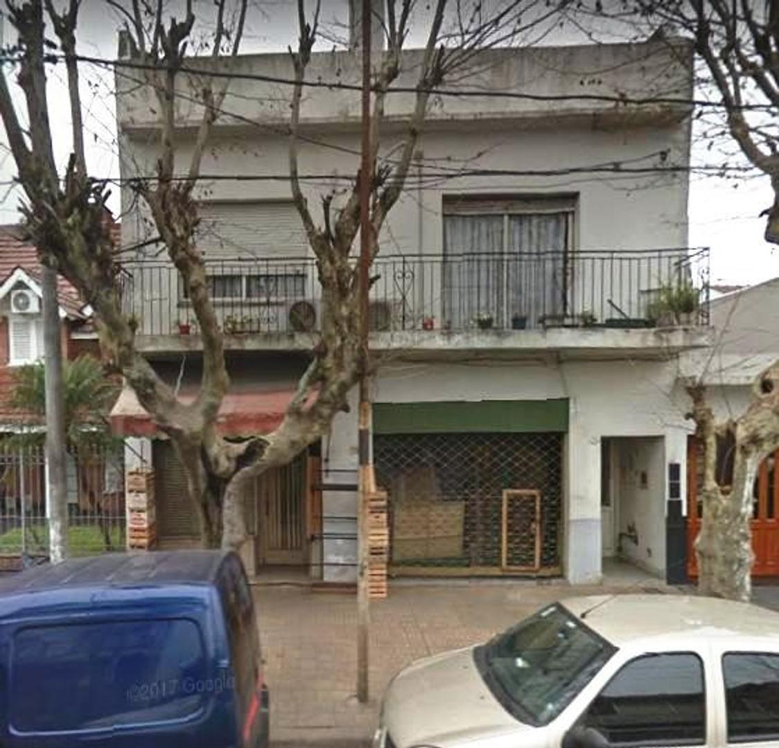 CASA DE 3 AMBIENTES EN PRIMER PISO CON 2 LOCALES Y FONDO LIBRE