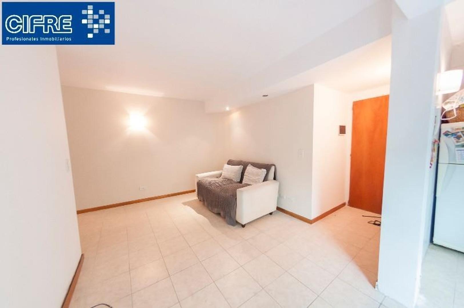Departamento de dos ambientes con patio segundo piso por escalera - Villa Urquiza ( 4521-3333)