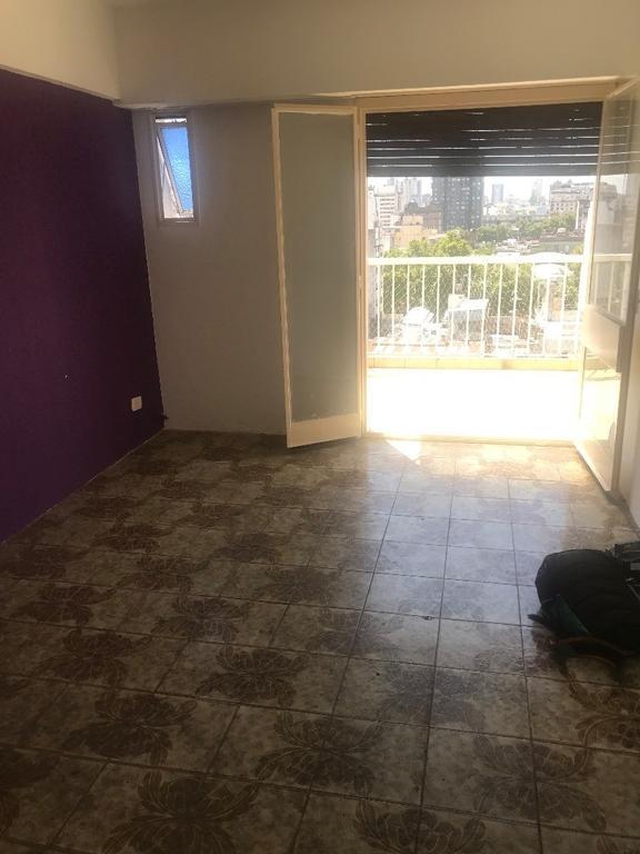 Espectacular 2 ambientes mas escritorio o 2° dormitorio chico, con balcon terraza al frente