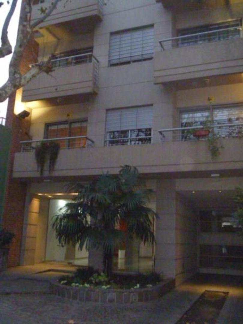 Importante Departamento de 3 Ambientes al Frente con Cochera cubierta en edificio de Categoría a 1 c