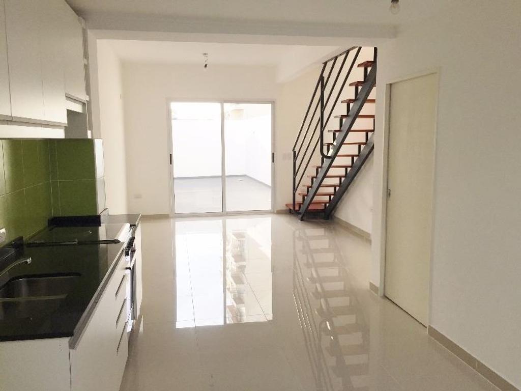 Imperdible PH 3 ambientes en duplex en venta con gran patio y balcon