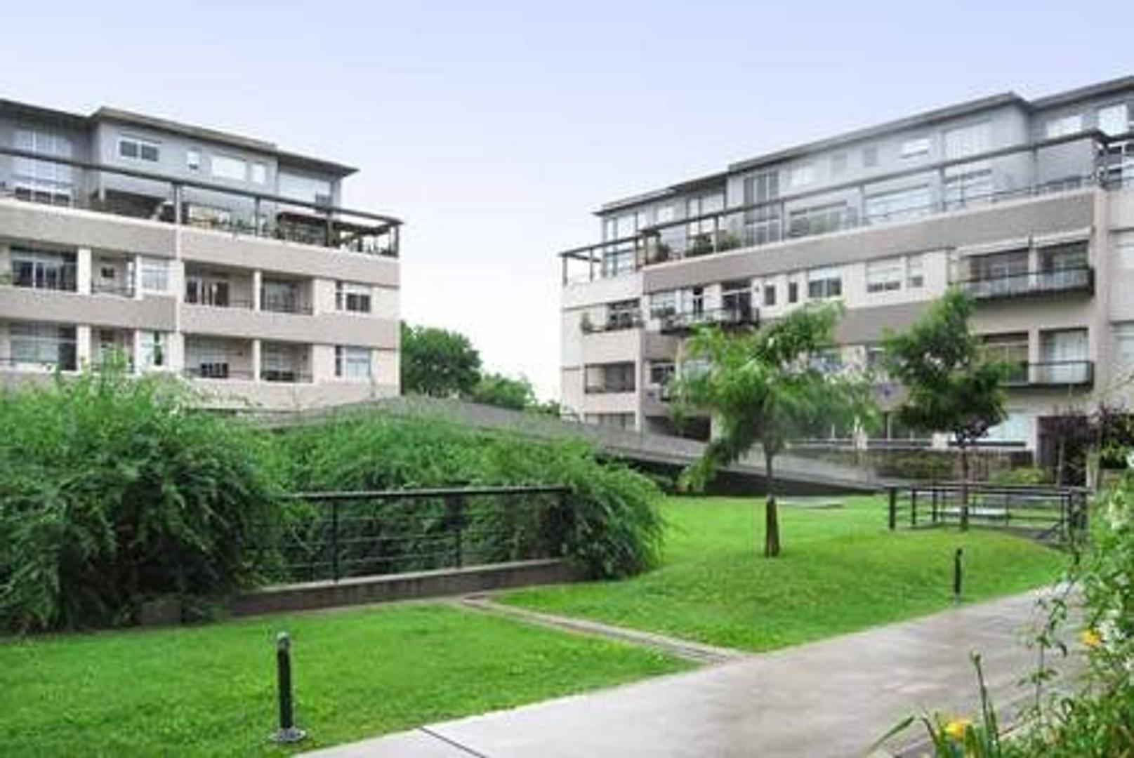 Amplio 4 ambientes con dependencia, cochera y baulera, 2º piso con vista al complejo.