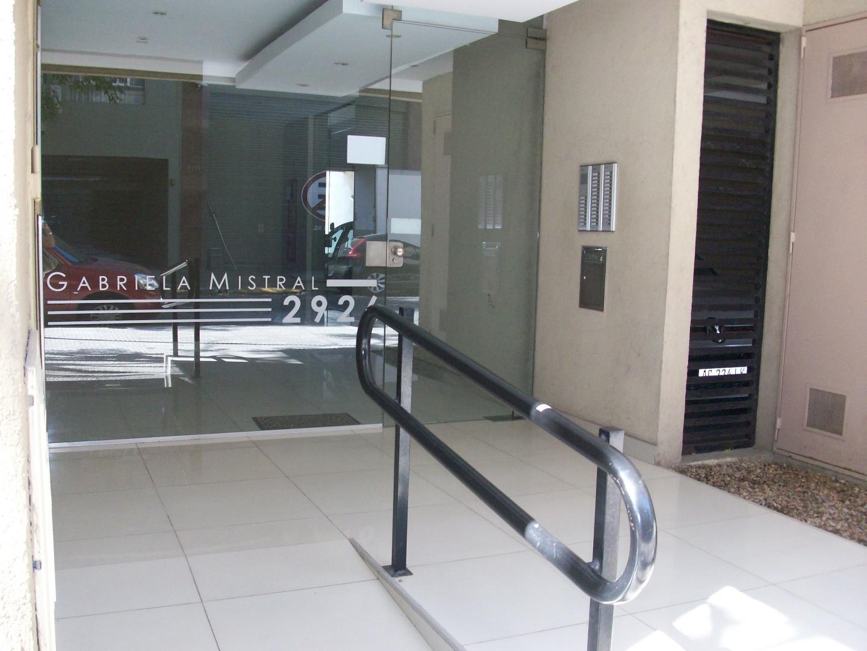 Departamento de dos ambientes con balcón contrafrente.