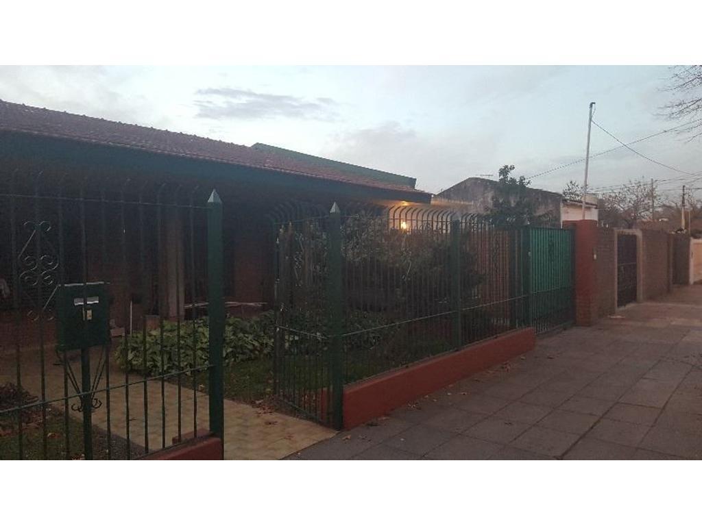 CHALET CON QUINCHO, DEPARTAMENTO Y AMPLIO FONDO (LOTE DE 27X37)EXCELENTE UBICACIÓN