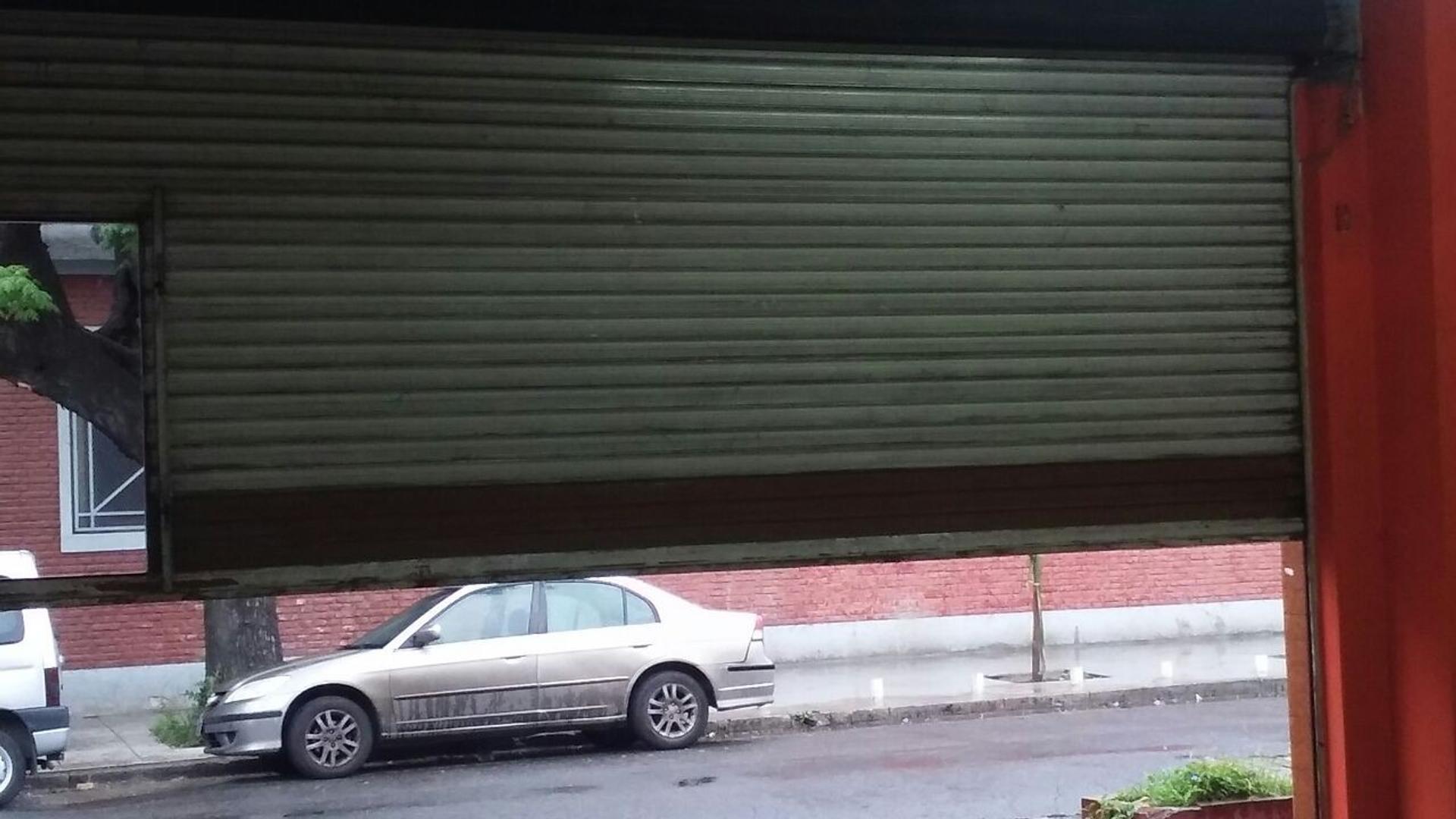 VENTA LOCAL 50 MTS APROX CON BANO POR CARLOS TEJEDOR