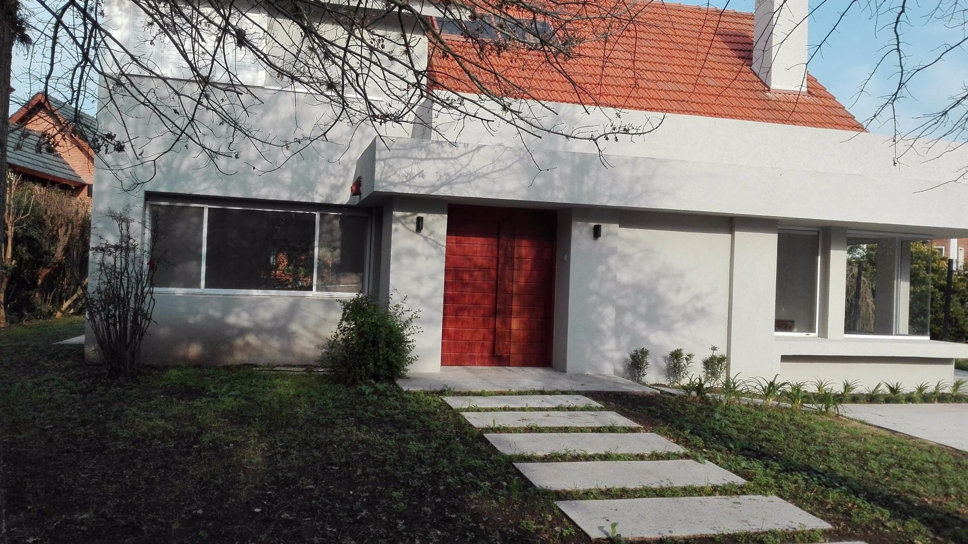TOTALMENTE RECICLADA  A NUEVO - Tres dormitorios uno en suite con vestidor  dependencia Gran piscina