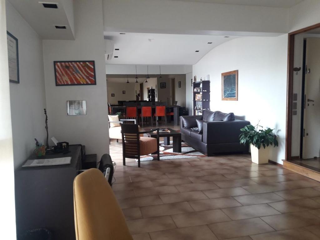 Excelente Piso el Frente, 3 dormitorios, Dependencia, Cochera, Palier privado en Parque Centenario