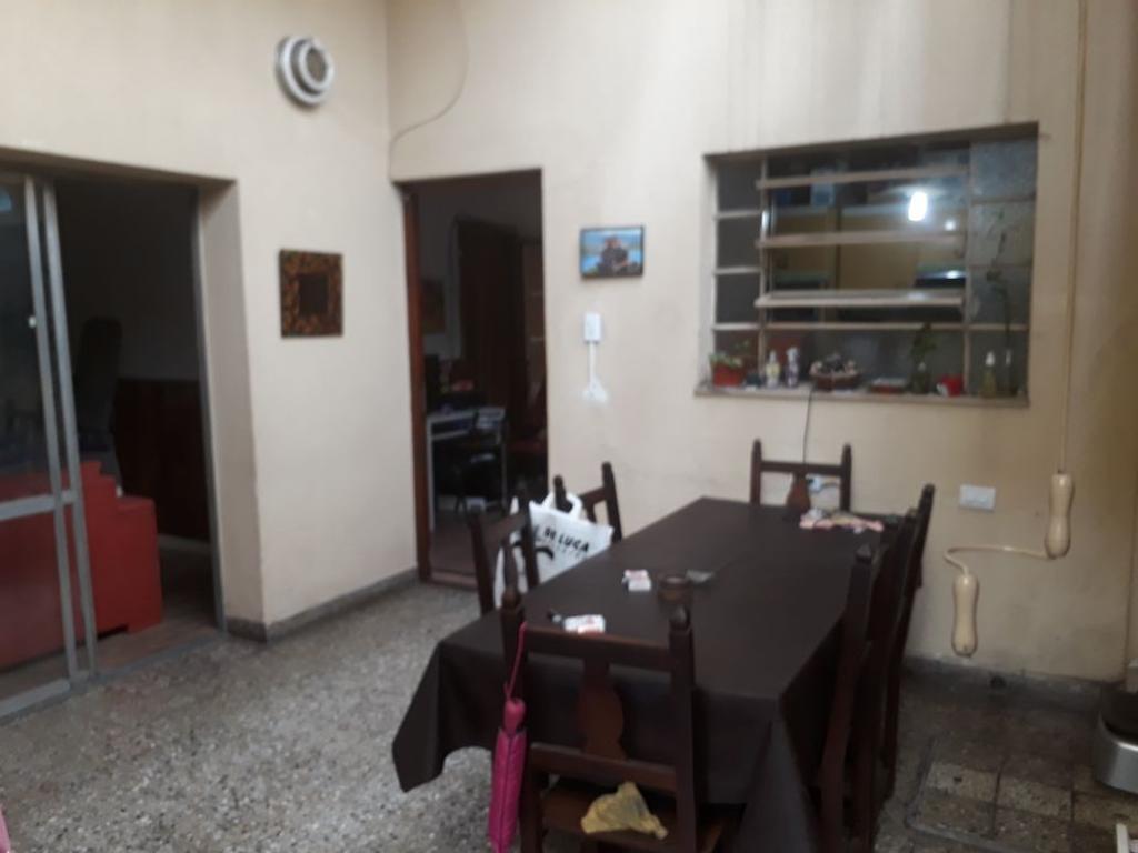 Propiedad en venta sobre Larrazabal al 3700 compuesta por dos locales y depto tipo casa 3 ambientes