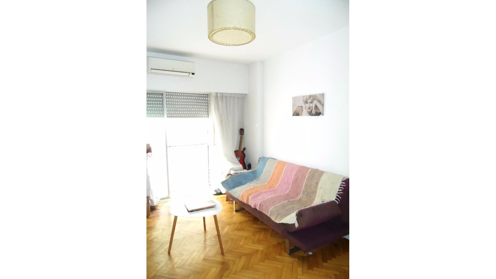 Excelente departamento de tres ambientes al frente con balcón y Cochera fija y cubierta