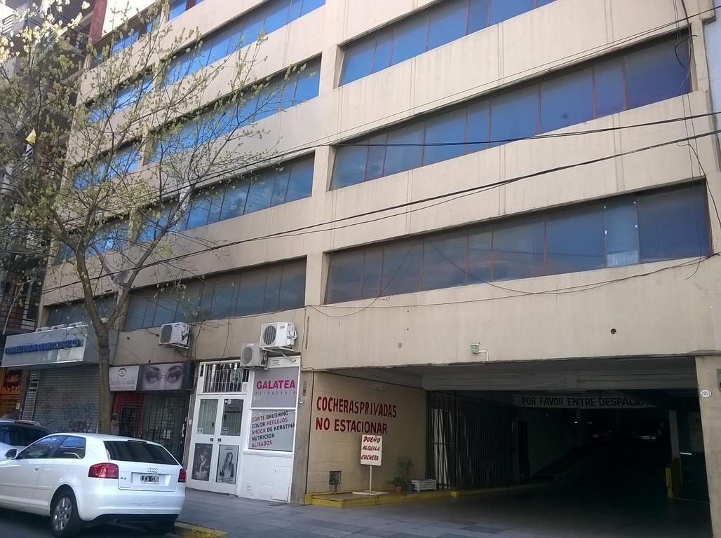 Cochera en 2º planta con anchas rampas de acceso, seguridad las 24hs, expensas económicas.