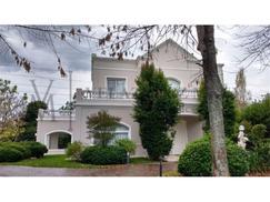 Excelente Casa en venta con detalles de Categoria en Solar del Bosque Canning