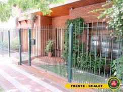 MUY LINDO CHALET - PARQUE, QUINCHO, GARAGE, 3 DORMITORIOS