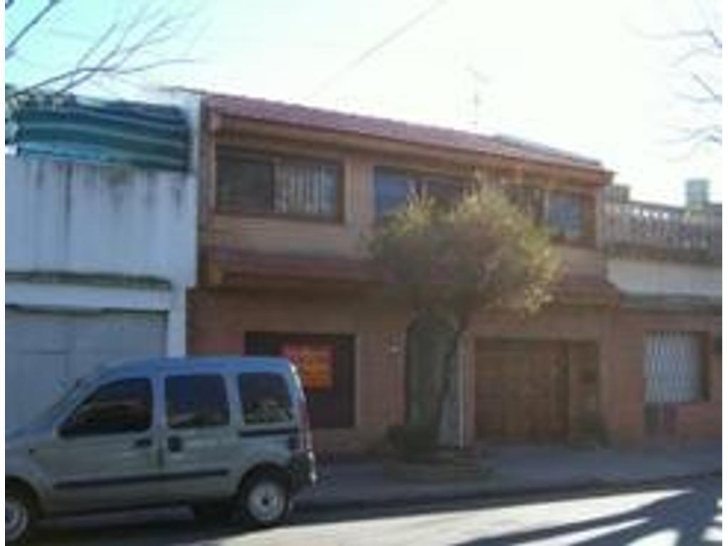EXCELENTE CASA S/LOTE PROPIO DE 210Mts2 c/ garage ,jardin,  y 5 dormitorios en dos plantas,4 baños