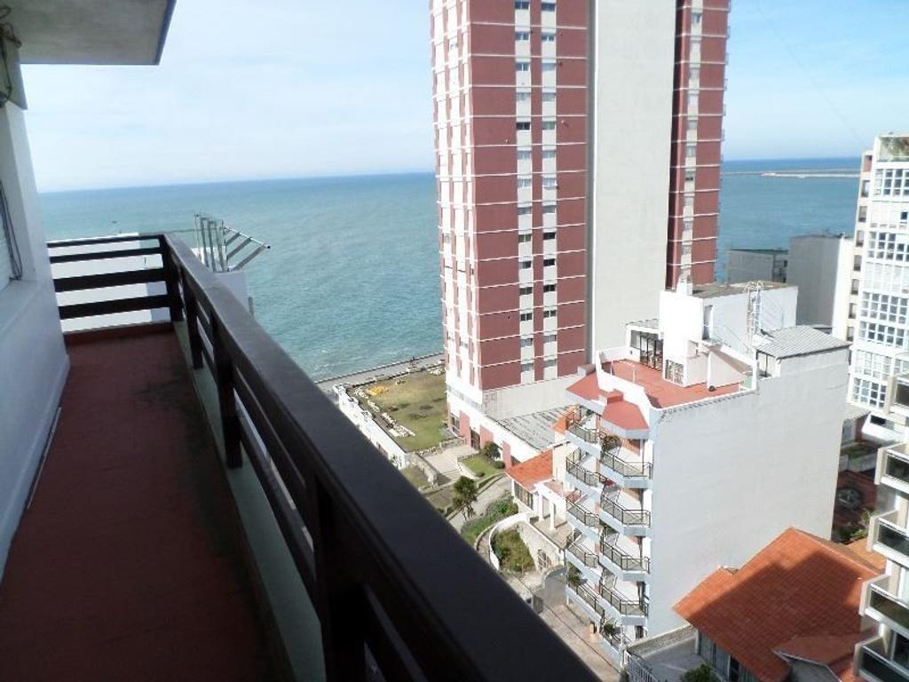 Venta de 3 amb. a la calle, con cochera fija y amplio balcón perimetral. Zona Playa Chica