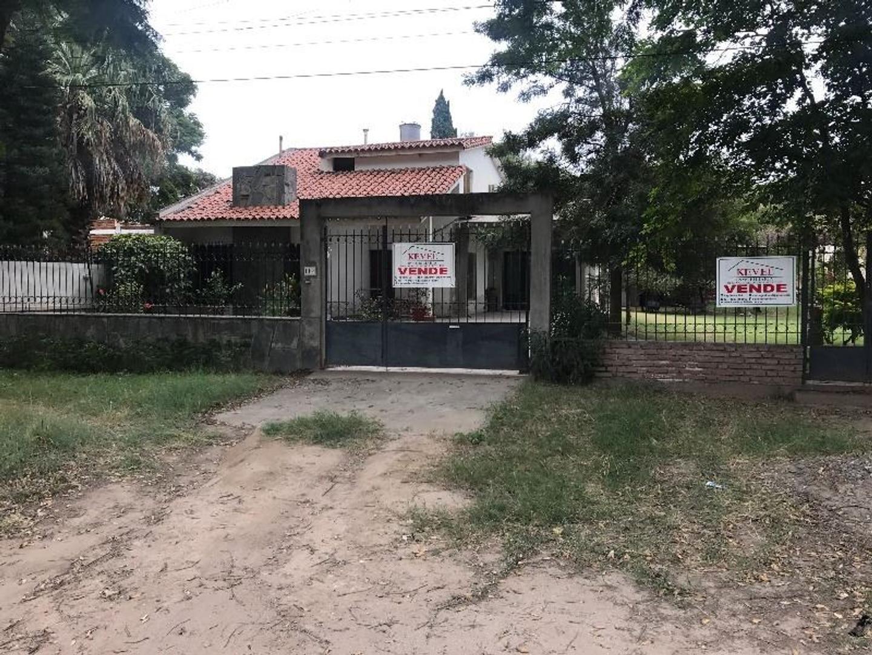 VENDE CASA DE 4 DORMITORIOS, 2 BAÑOS, COCINA COMEDOR, LIVING, LAVADERO, COCHERA, PARQUE AMPLIO