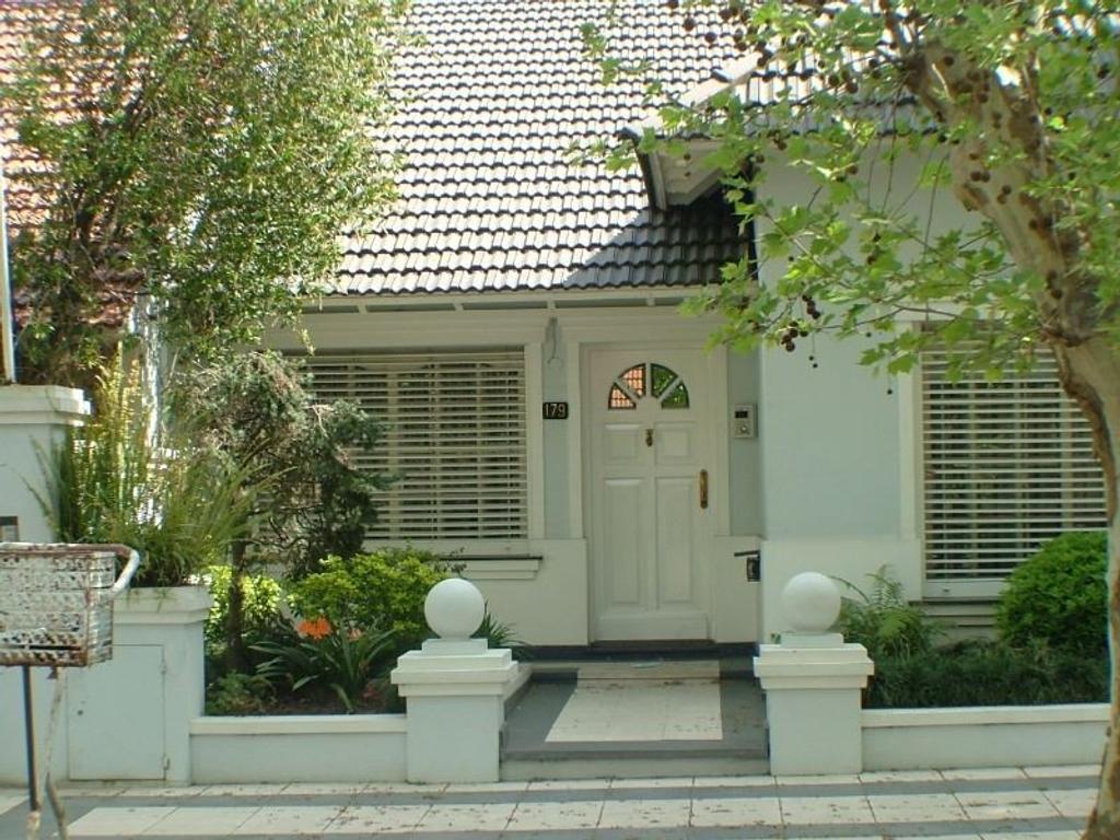 Importante casa en Monte Grande con detalles de categoría, sobre calle Edison.