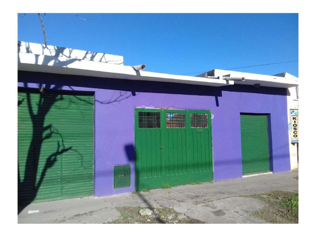Casa con Garage y  dos locales sobre Avenida
