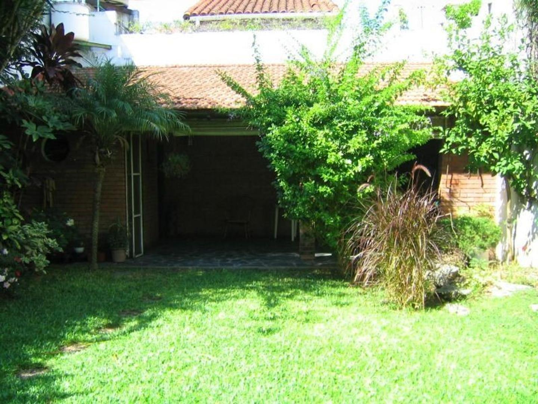 Hermosa Casa en 2 Plantas de 4 Dormitorios, con Parque, Quincho, Garage y Terraza