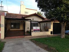 B. Gutierrez, 3 dorm, 2 baños, jardin, pileta, parrilla, garage, baulera, gran cocina,