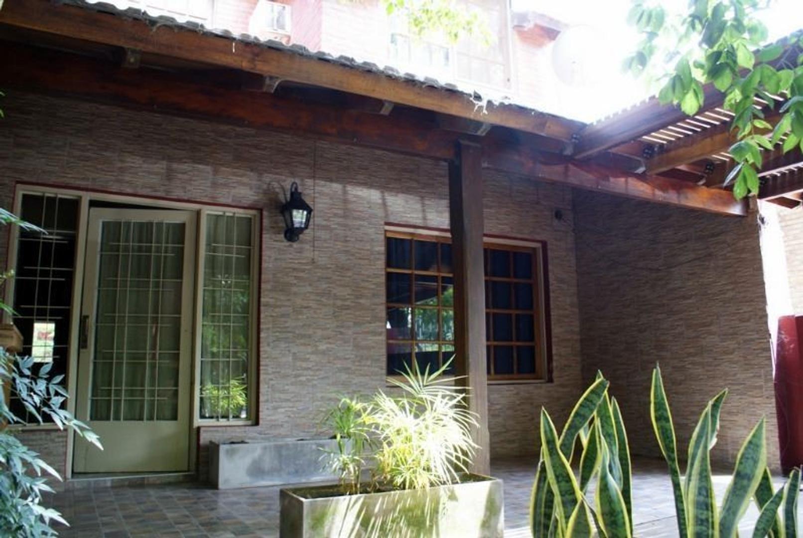 Chalet en Venta. Del Viso. 2 viviendas. 7 dormitorios. Garage. Jardín. Gas Natural. Asfalto.