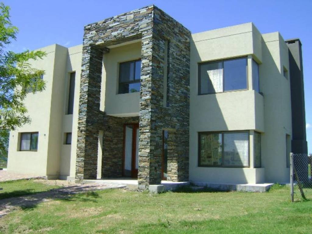 Casa   a la venta  en el barrio Santa Isabel. Con vista a la laguna