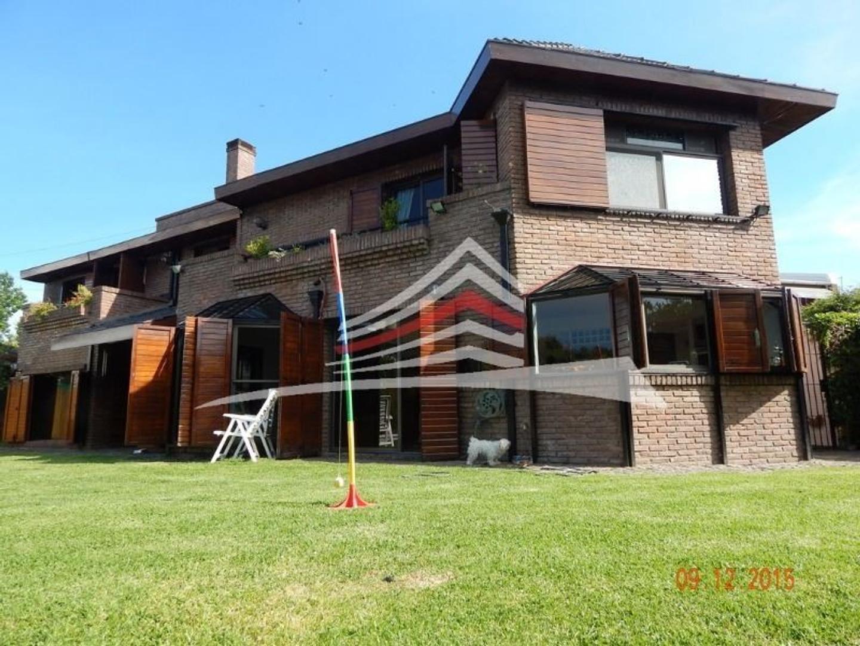Chalet 6 amb - 5 dormitorios - Jardin con riego - Piscina - Garage 2 autos - Cochera 2 autos
