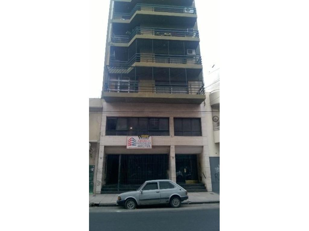 Amplio local de 416 m2, a 20 mts de Av. Mitre. 6 baño, cocina, oficinas. Ex banco