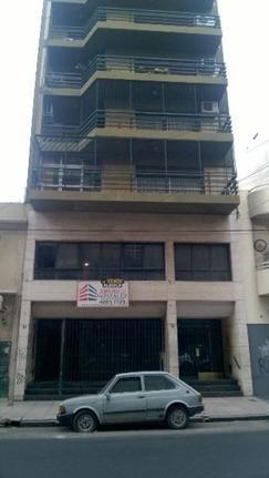 Amplio local de 416 m2, a 20 mts de Av. Mitre. 6 baños, cocina, oficinas. Ex banco