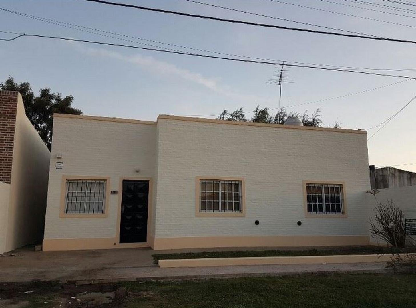 Se vende casa con local en Calle Quintana y Larrañaga, San Andrés de Giles COD A 123