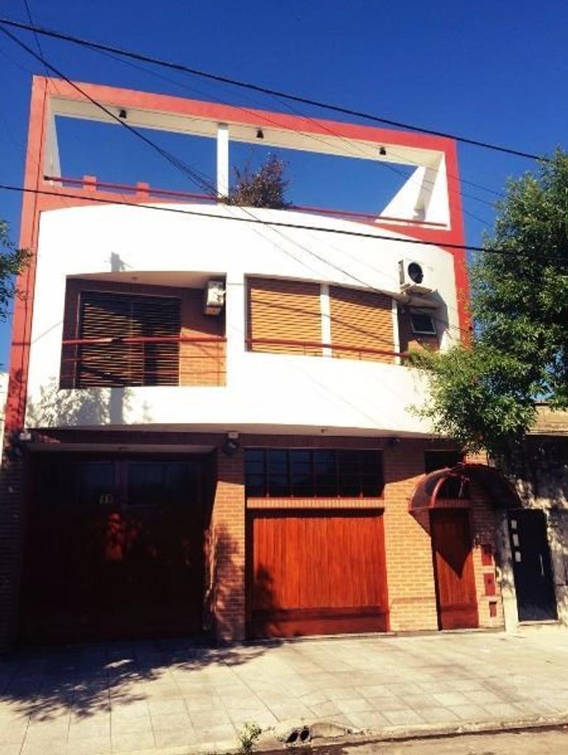 CASA 5 AMBIENTES, CON DEPOSITO 250 METROS, FONDO, PILETA, PARRILLA, 4 BAÑOS.