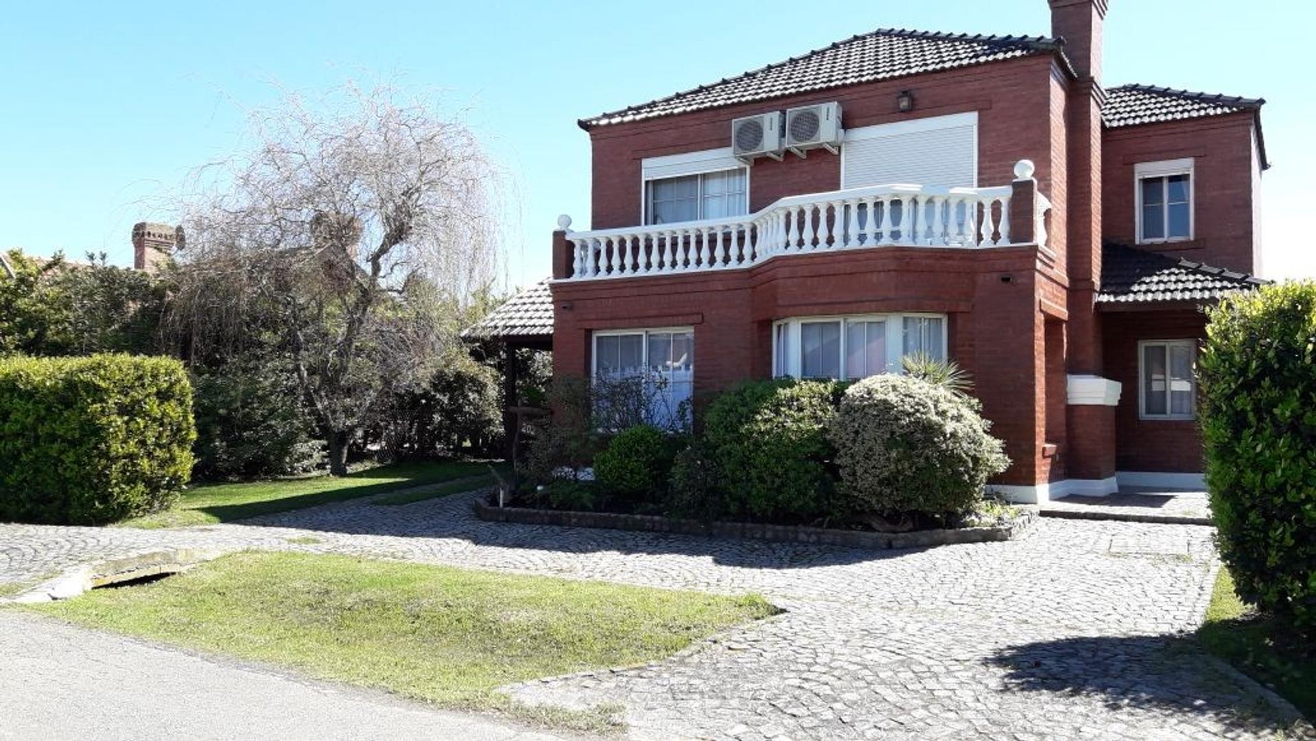 Hermosa casa en Barrio Echeverría del Lago con piscina.