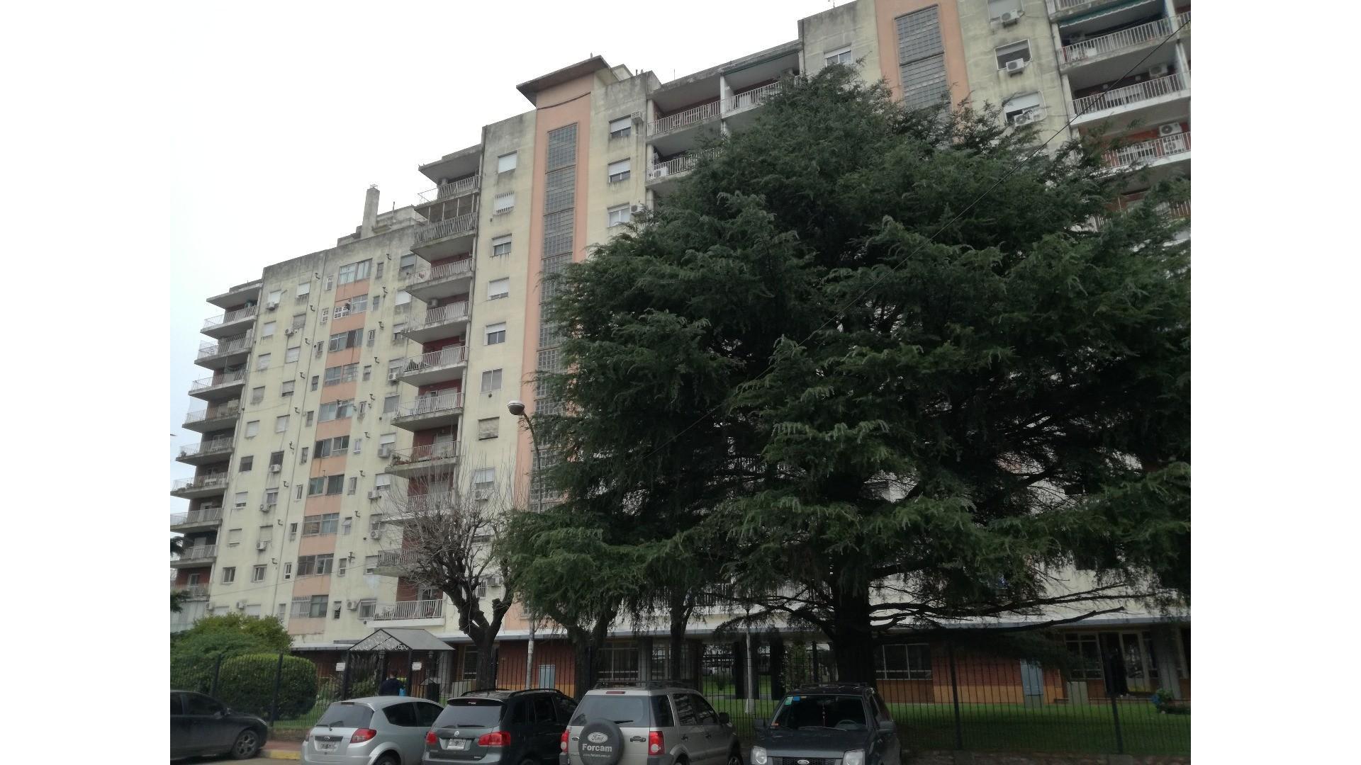 DEPARTAMENTO 3 AMBIENTES - 82 m² SOBRE AVDA. GRAL. PAZ - EXCELENETE UBICACION - COCHERA CUBIERTA