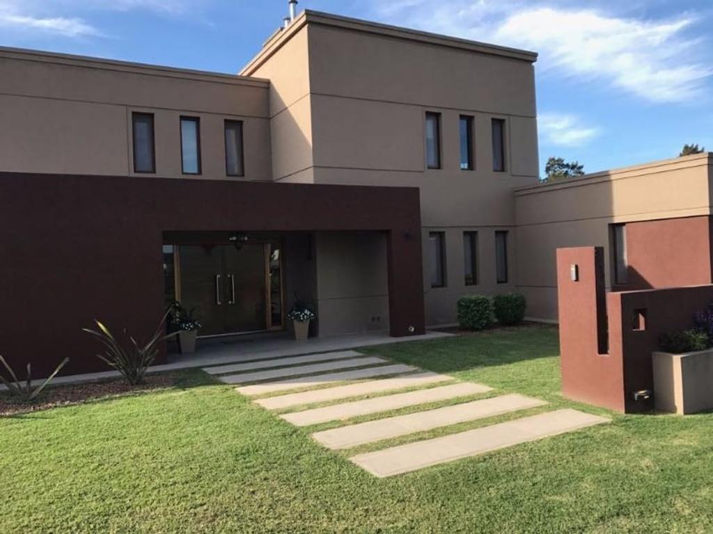 Venta de importante casa de 4 dormitorios, pileta, s/ terreno de 1100 m2. Barrio Club Estudiantes.