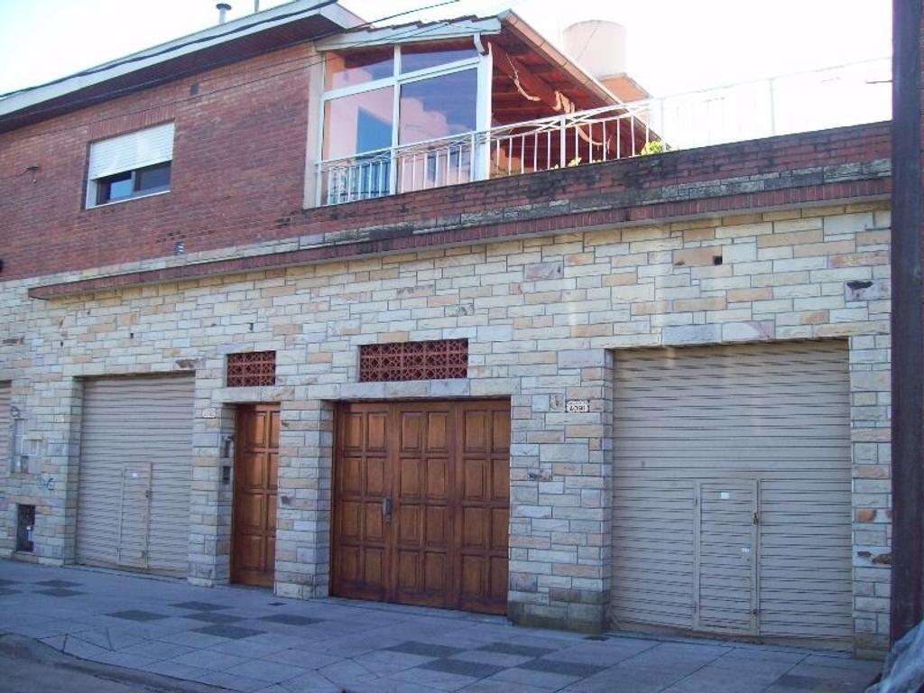 Casa de 4 amb. en 1er piso con 4 locales + garage en PB, en venta en Villa Adelina!